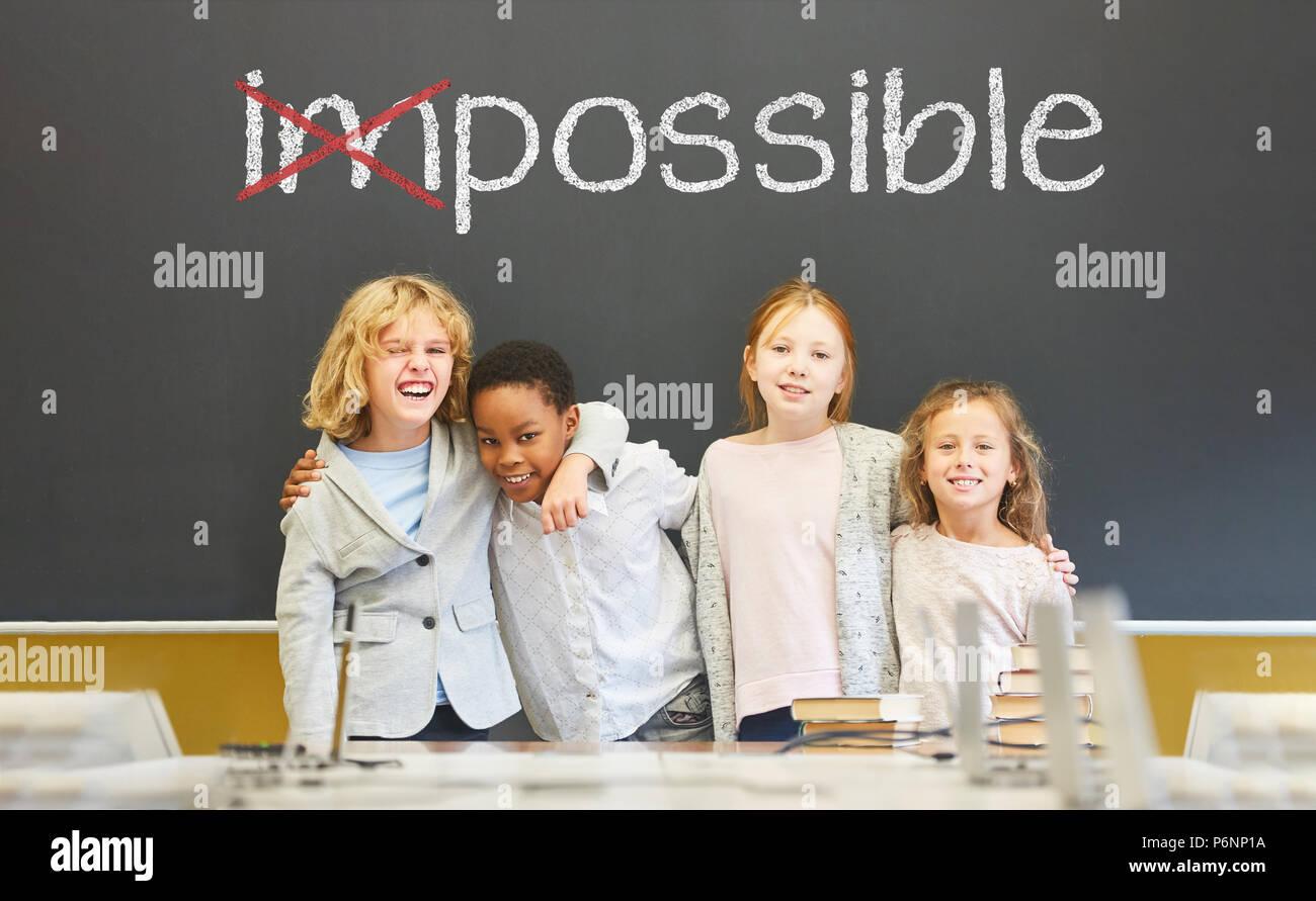 Von unmöglich zu möglich als Erfolg und Motivation Konzept mit Schülern vor Tafel in der Grundschule Stockbild