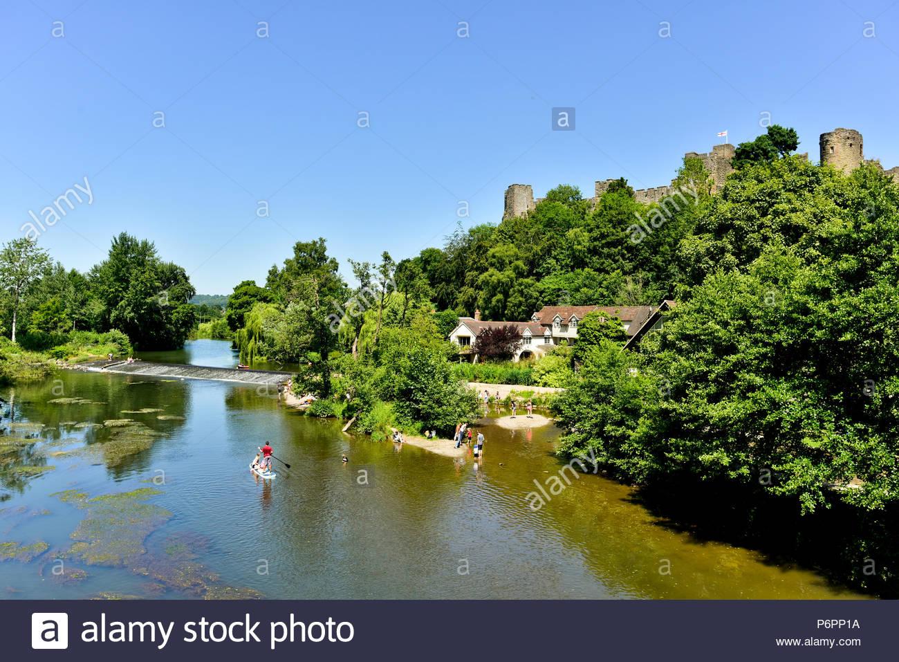 Der blaue Himmel an einem heißen, sonnigen Sommer am Nachmittag Dinham Wehr auf das Haus der Frau von Ludlow, Shropshire, England, UK. Stockbild
