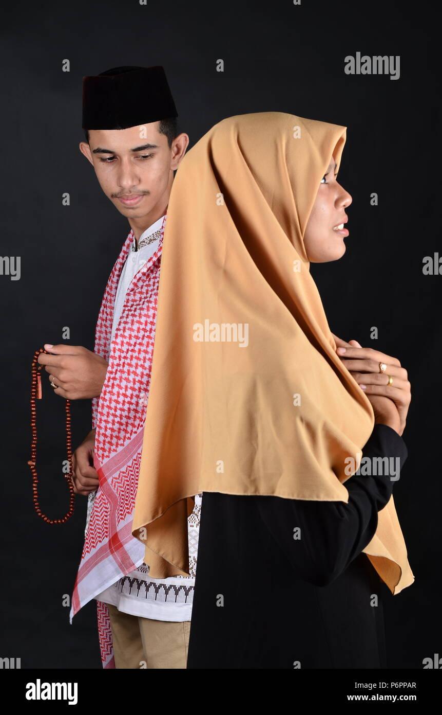 Junge muslimische Mann und Frau zu beten Stockbild