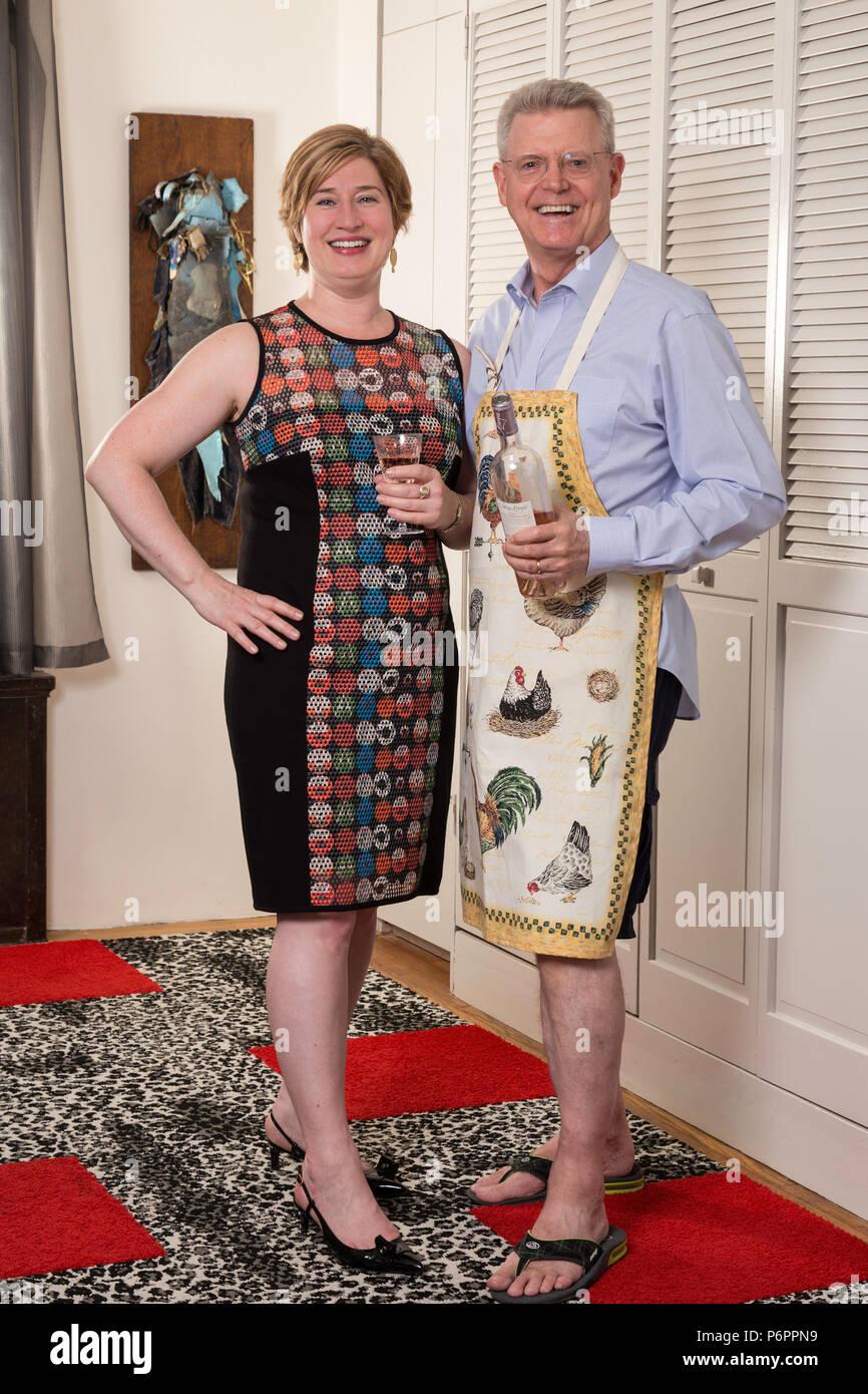 Kurvige junge Frau und reifer Mann mit einem dekorativen