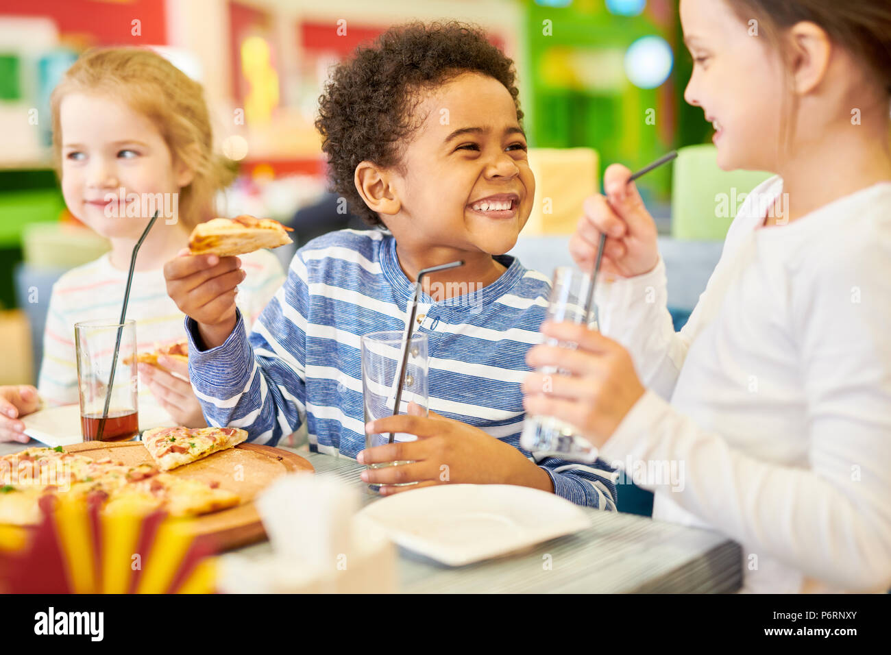 Glückliche Kinder in Pizzeria Stockbild