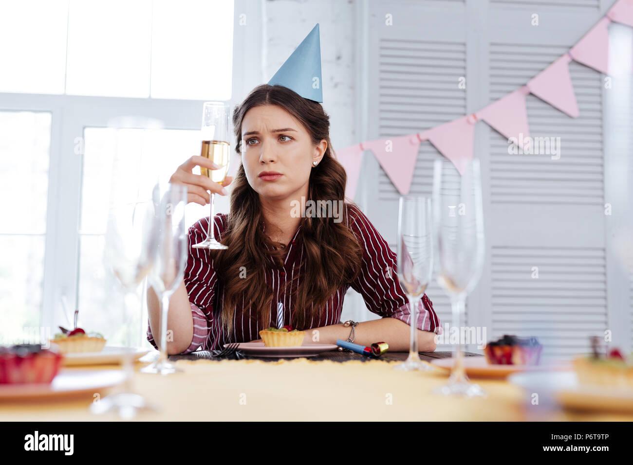 Frau Gefühl pessimistisch an Geburtstagsfeier Stockbild