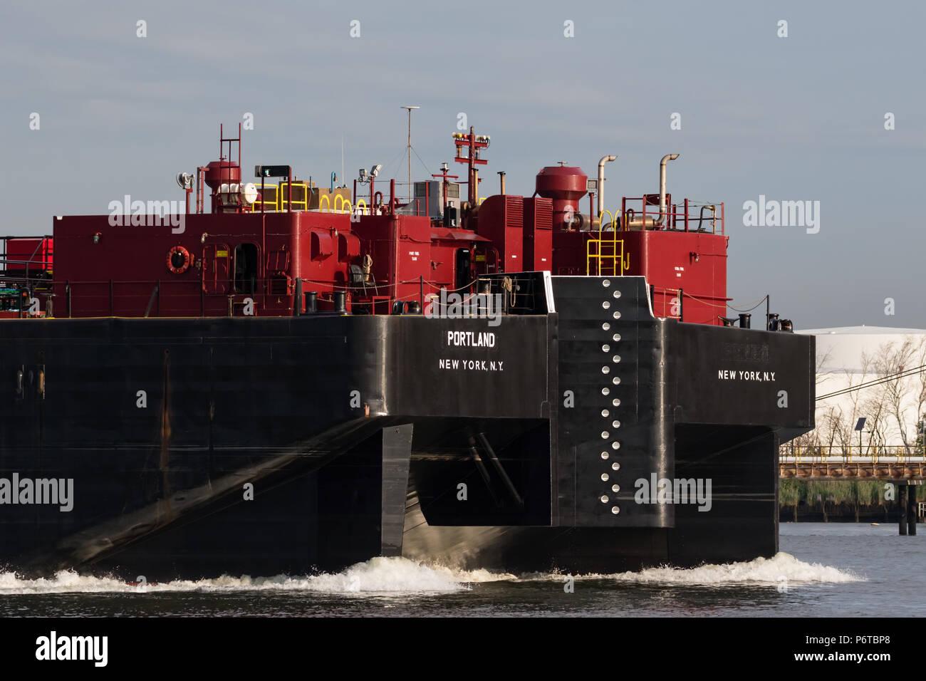 Moran Abschleppen Petroleum barge Portland Stern zunächst entlang der Kill Van Kull Stockfoto