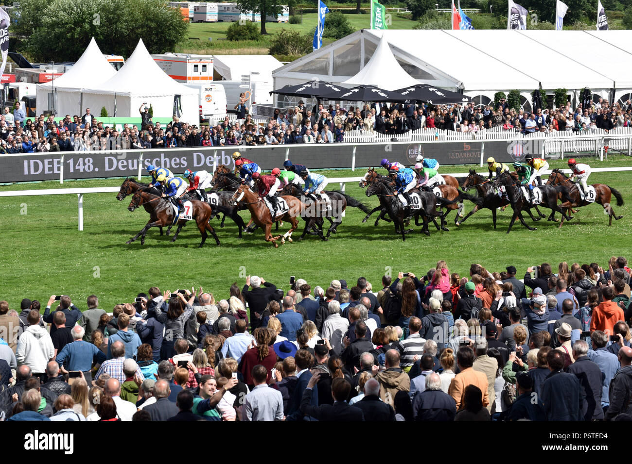 Hamburg, Pferde und Jockeys in den 148 IDEE Deutsches Derby Stockbild