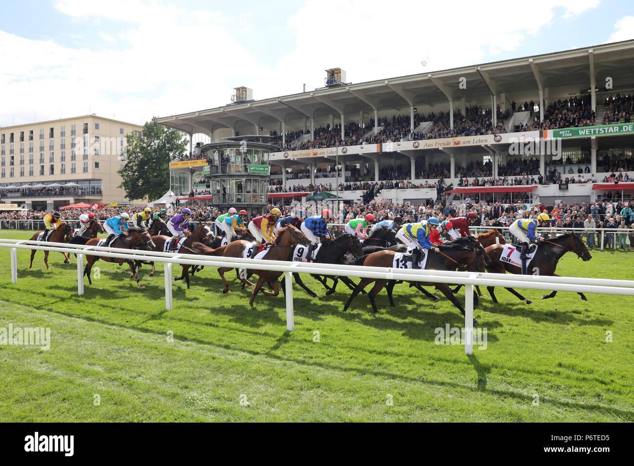Hamburg, Pferde und Jockeys in den 148 IDEE Deutsches Derby vor der Tribüne Stockbild