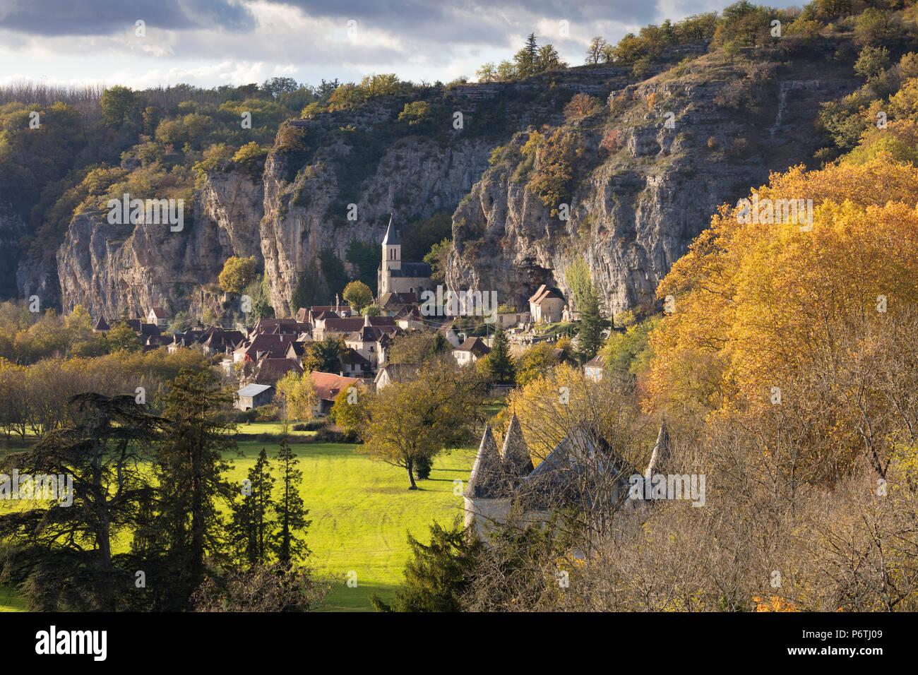 Dorf Gourdon im Herbst, Lot, Midi-Pyrénées, Frankreich Stockbild