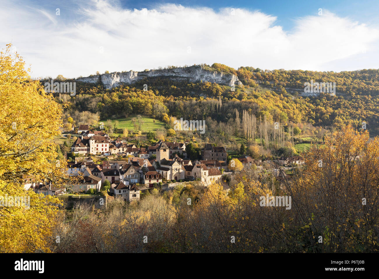 Das Dorf Autoire im Herbst, Lot, Midi-Pyrénées, Frankreich Stockbild