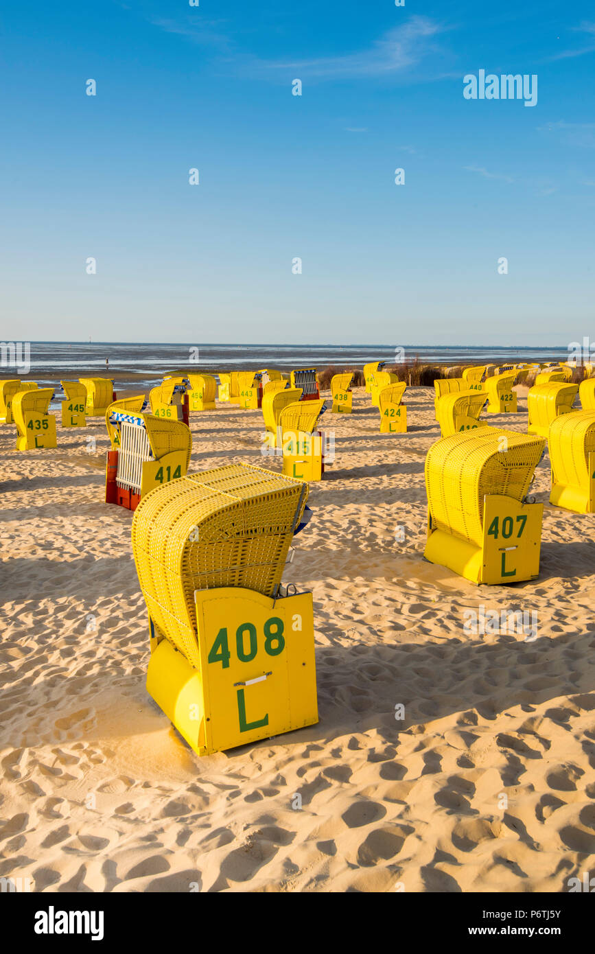 Duhnen, Cuxhaven, Niedersachsen, Deutschland. Gelbe Strandkorbs entlang des Wattenmeeres. Stockbild
