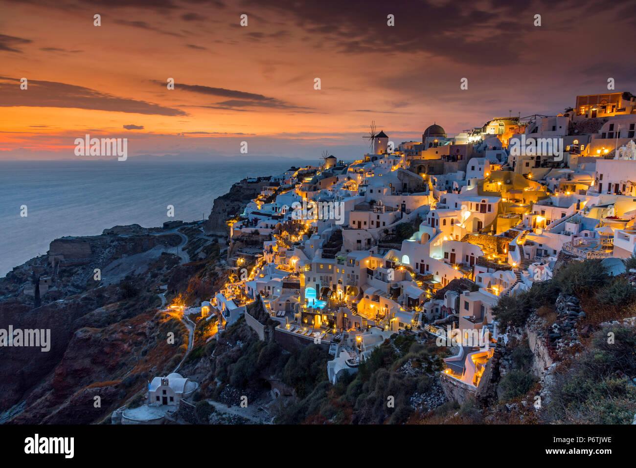 Blick auf den Sonnenuntergang, Oia, Santorini, Süd Ägäis, Griechenland Stockbild