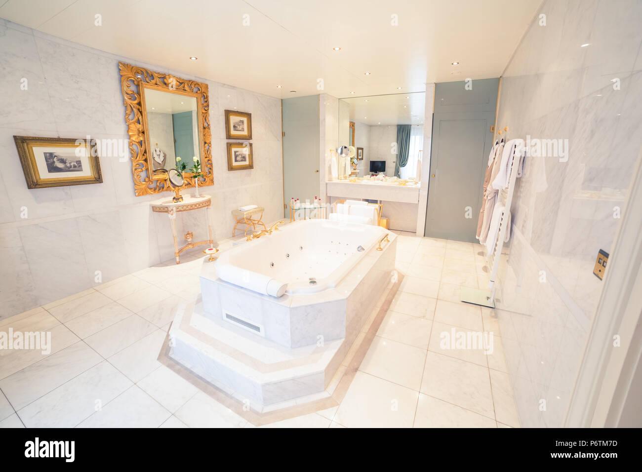 Luxus Hotel in Weiß und Gold Bad Suite Stockfotografie - Alamy