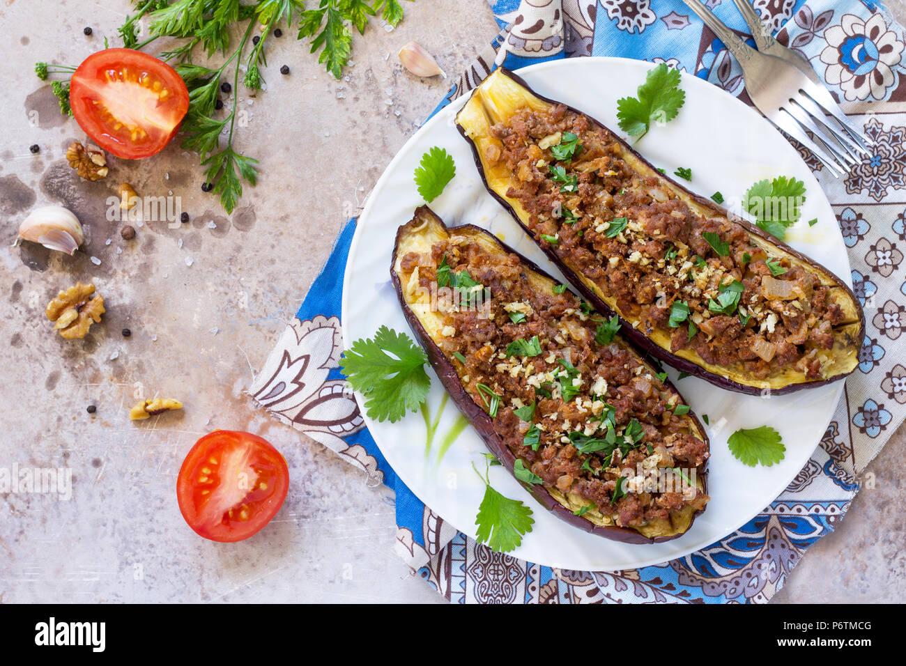 Gebackene Auberginen mit Fleisch-, Walnuss- und Gemüse. Traditionelle orientalische oder arabische Gericht. Stockbild