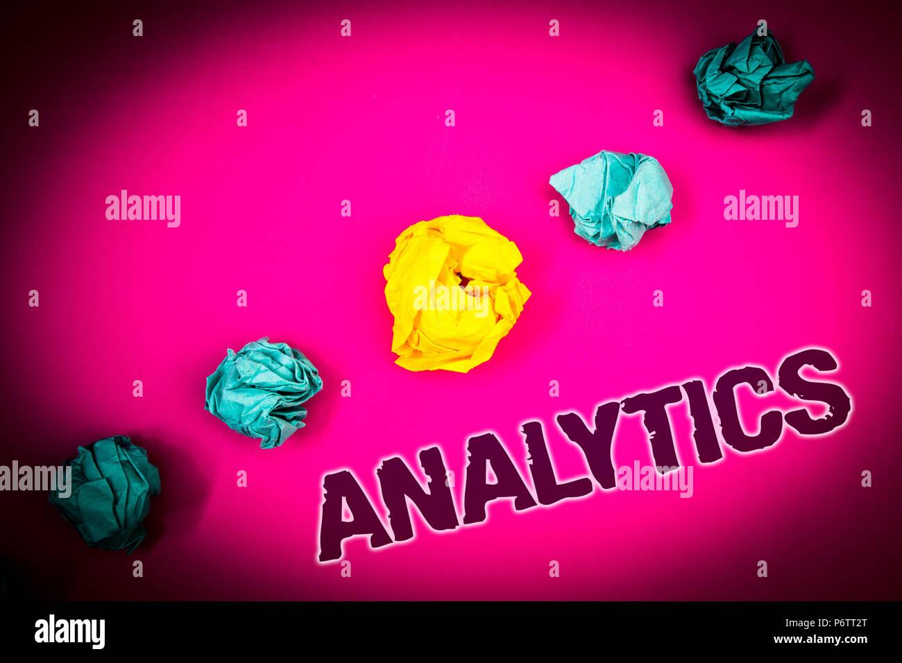 Text Zeichen angezeigt Analytics. Konzeptionelle foto Analyse der Daten finanzielle Informationen Statistiken Bericht Dashboard Ideen Konzept rosa Hintergrund zerknittert p Stockbild