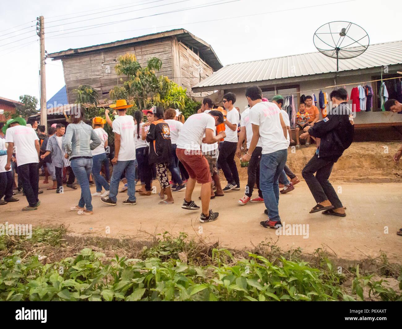 Lokale Leute teilnehmen auf dem Weg zum Tempel. Thailändische buddhistische Kultur. Jährliche Spende an den Tempel in der Provinz Burirum, 22. April 2018 Stockbild
