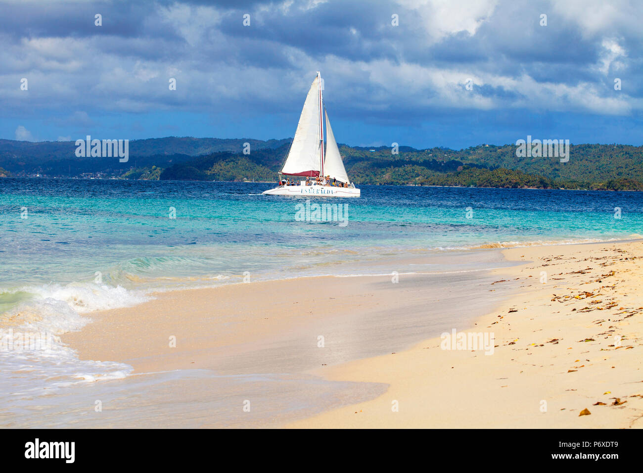 Dominikanische Republik, Östliche Halbinsel de Samana, Samana, Segelboot in der Nähe von Cayo Levantado wissen wie Bacardi Insel Stockbild