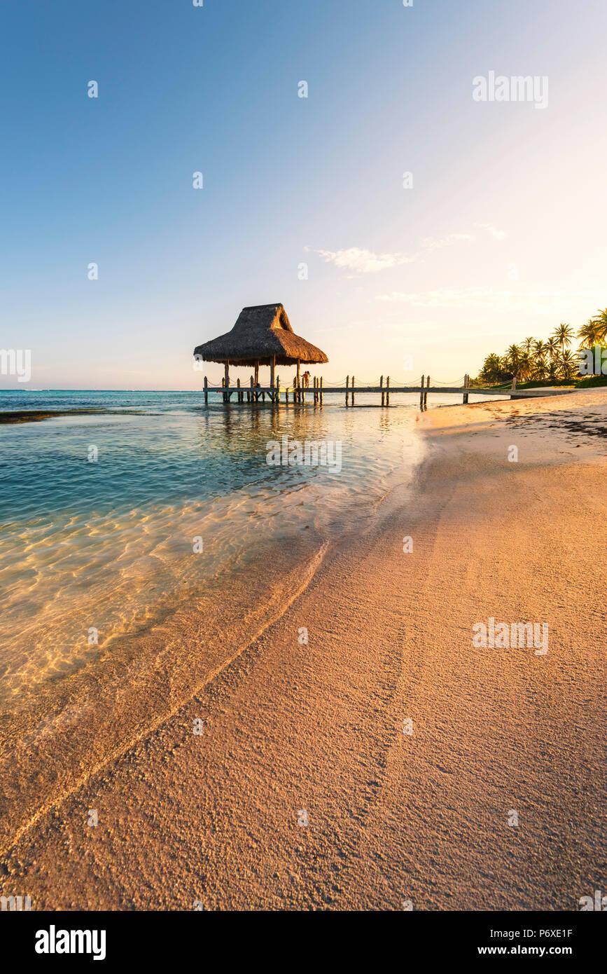 Playa Blanca, Punta Cana, Dominikanische Republik, Karibik. Strohgedeckte Hütte am Strand. Stockbild