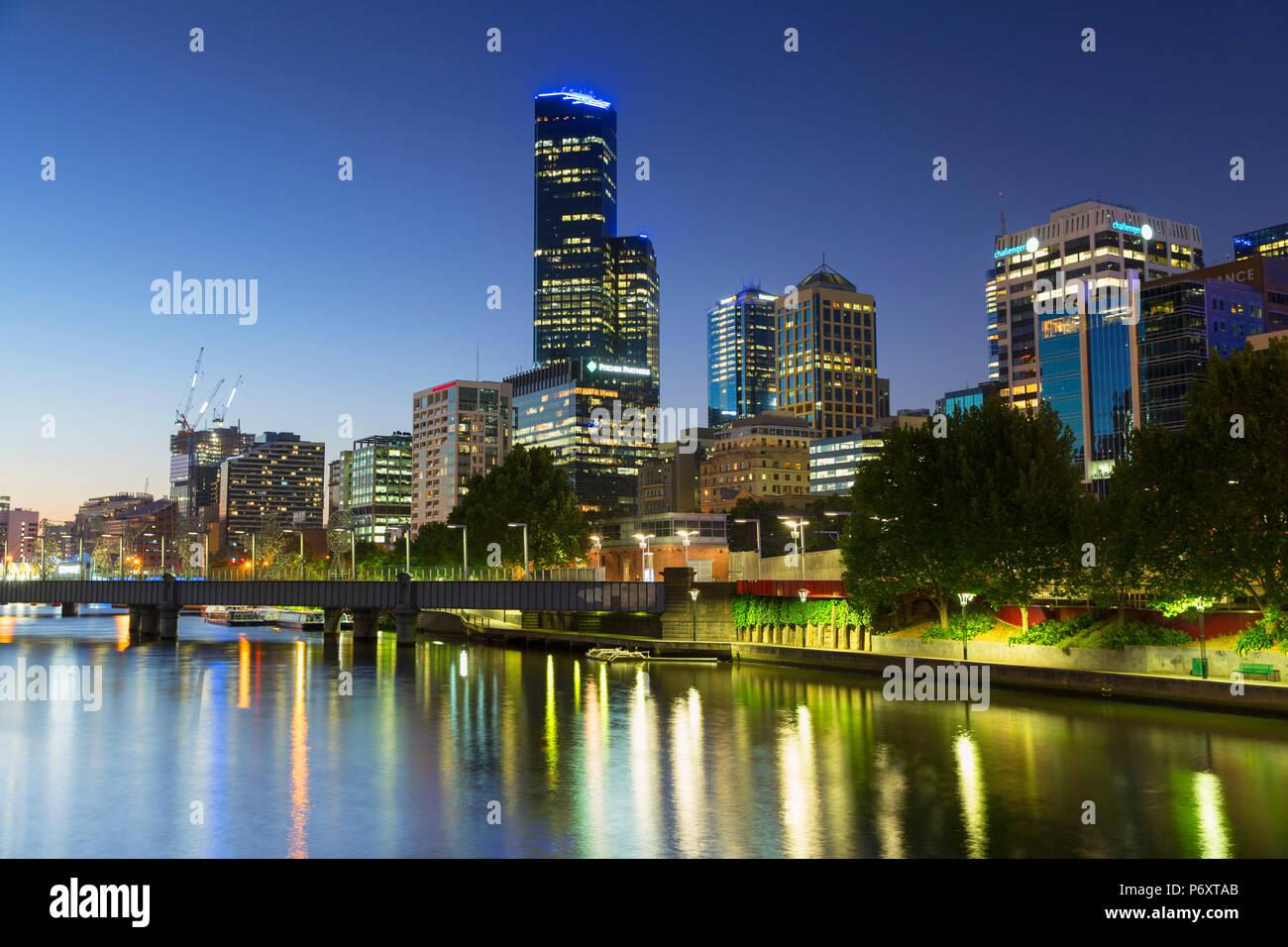 Rialto Towers und Skyline entlang Yarra River in der Abenddämmerung, Melbourne, Victoria, Australien Stockbild