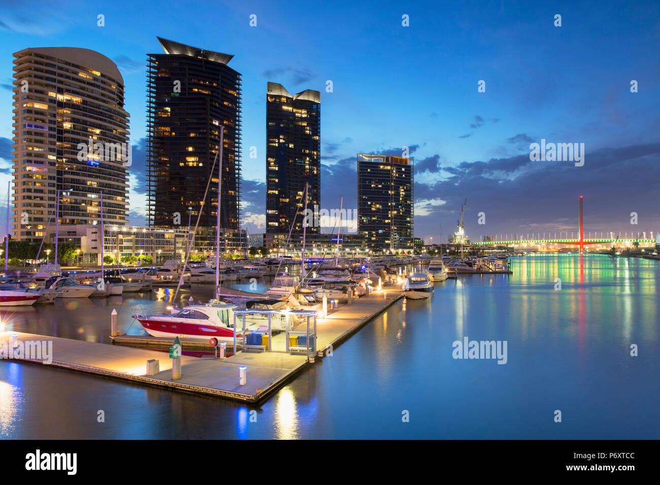 Der Yarra Rand Hafen in der Abenddämmerung, Melbourne, Victoria, Australien Stockbild