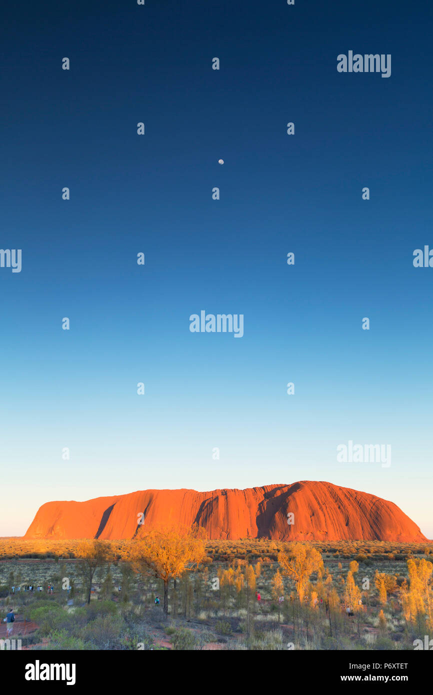 Uluru (UNESCO Weltkulturerbe) an der Dämmerung, Uluru-Kata Tjuta National Park, Northern Territory, Australien Stockbild