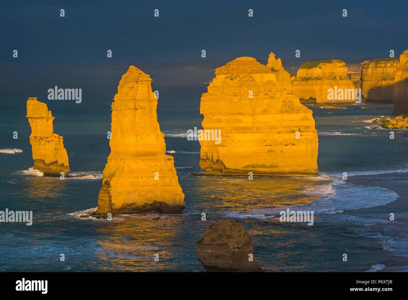 Die zwölf Apostel, Port Campbell National Park, Victoria, Australien. Meer Kalkstein Stapel bei Sonnenuntergang. Stockfoto