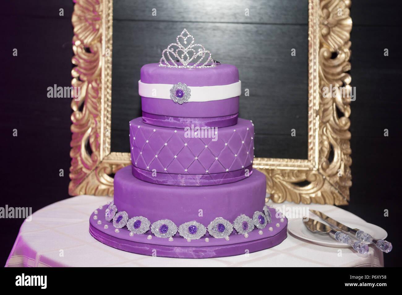 Sweet Sixteen Geburtstagskuchen auf einem Kuchen stand mit ...