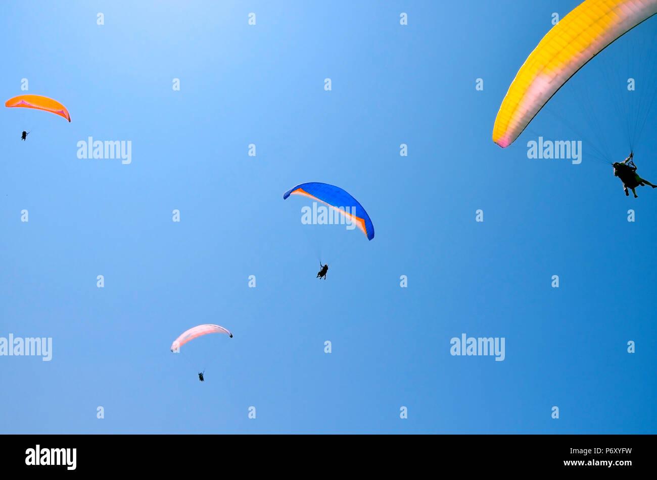 Paroplane Gruppe gegen den blauen Himmel fliegen. Über dem Mittelmeer, Israel. Extreme Sport, das Leben genießen, schätzen die Zeit, Tandem Paragliding, Stockbild