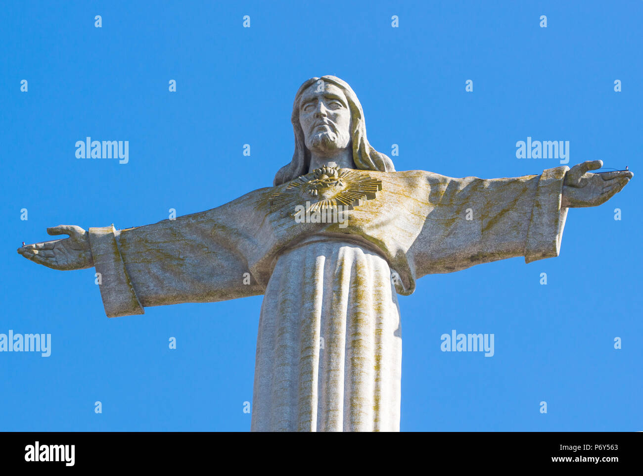 Lissabon, Portugal, 20. Juni 2016 Statue von Christus (Cristo-Rei) oder Christus König in Lissabon Portugal im blauen Himmel Hintergrund/Denkmal von Jesus (Alm Stockbild