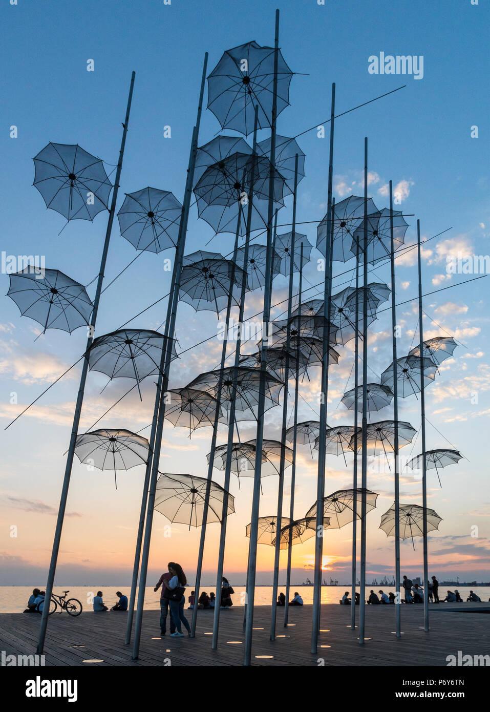 Georgios Zongolopoulos sonnenschirme Skulptur bei Sonnenuntergang auf Thessaloniki Waterfront, Mazedonien, Nordgriechenland Stockbild