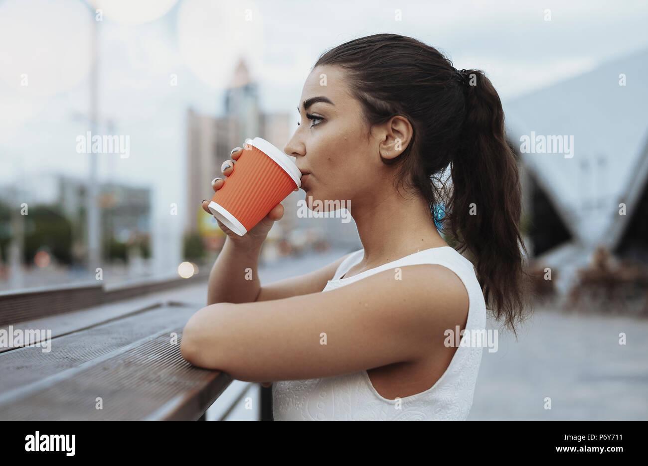 Junge attraktive Frau trinkt Kaffee. Stockbild