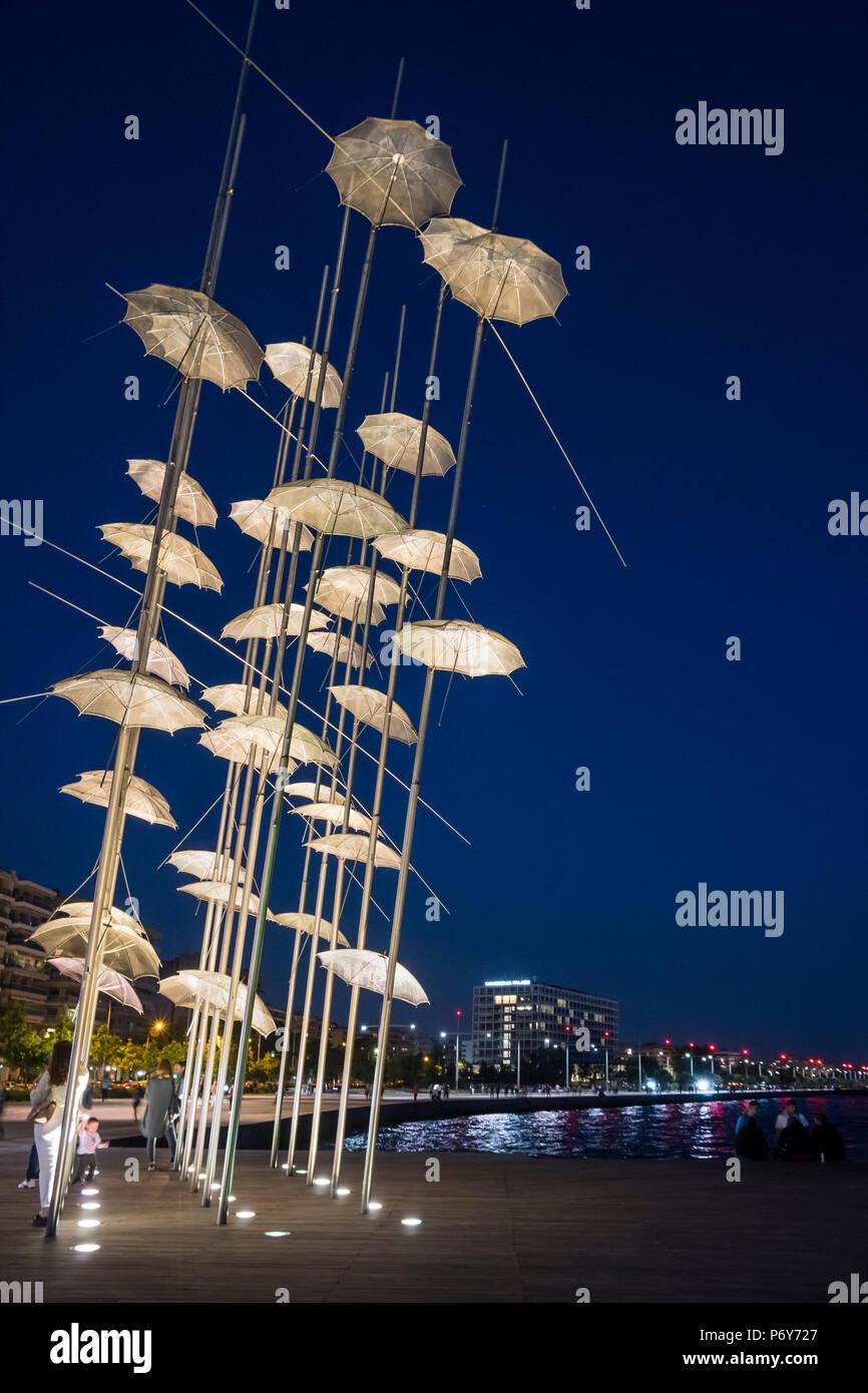 Georgios Zongolopoulos sonnenschirme Skulptur in der Nacht, auf Thessaloniki Waterfront, Mazedonien, Nordgriechenland Stockbild