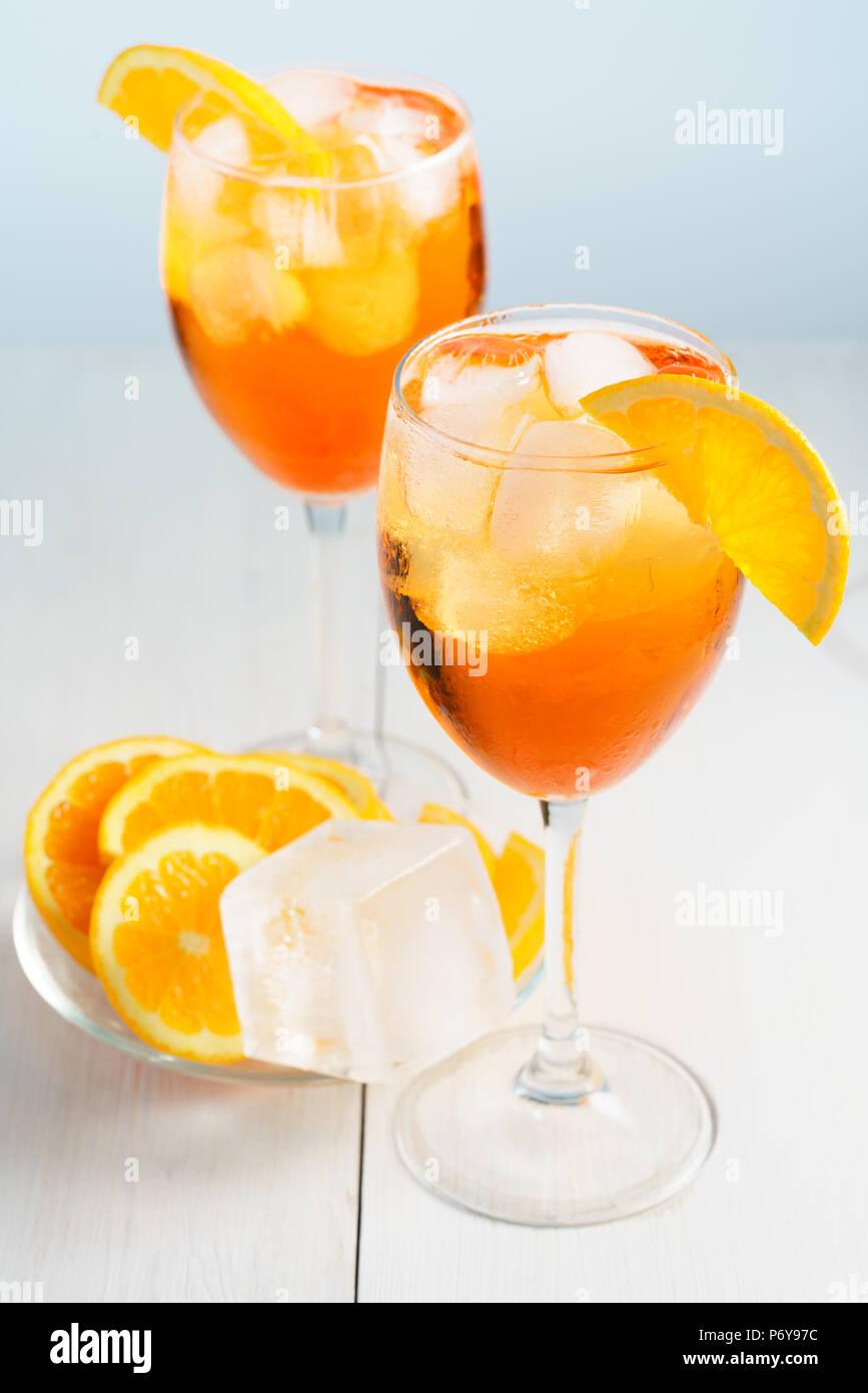 Aperol Spritz serviert mit einer Orange Slice in Weingläsern. Weißer Hintergrund, hohe Auflösung Stockbild