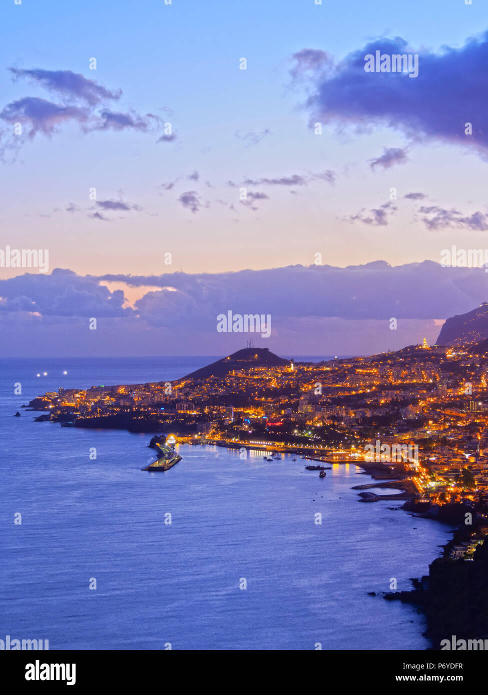 Portugal, Madeira, Funchal, Twilight Blick auf Funchal. Stockbild