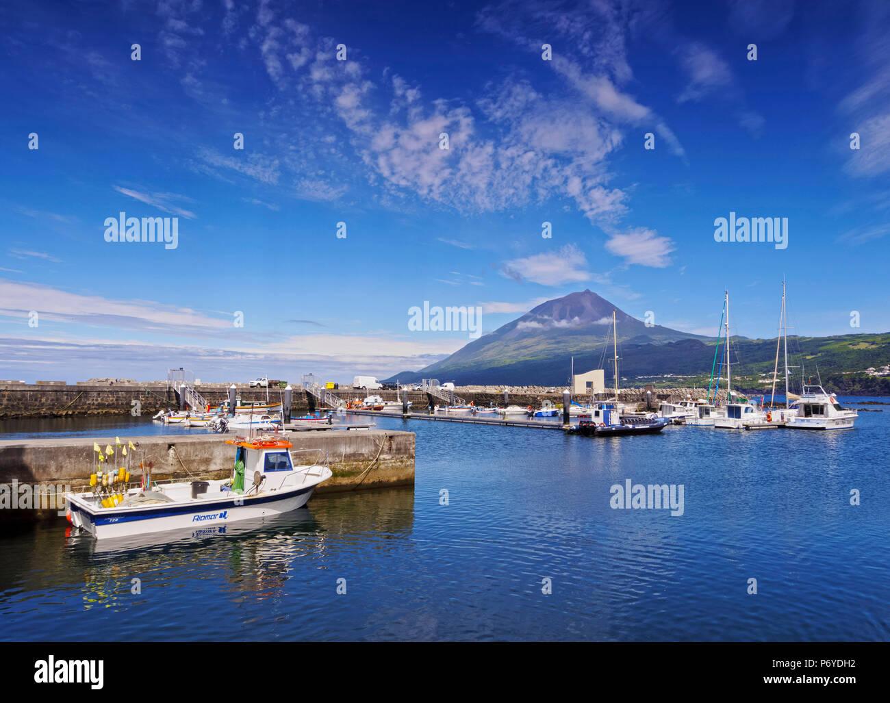 Portugal, Azoren, Pico, Lajes do Pico, Blick auf den Hafen und den Berg Pico im Hintergrund. Stockbild