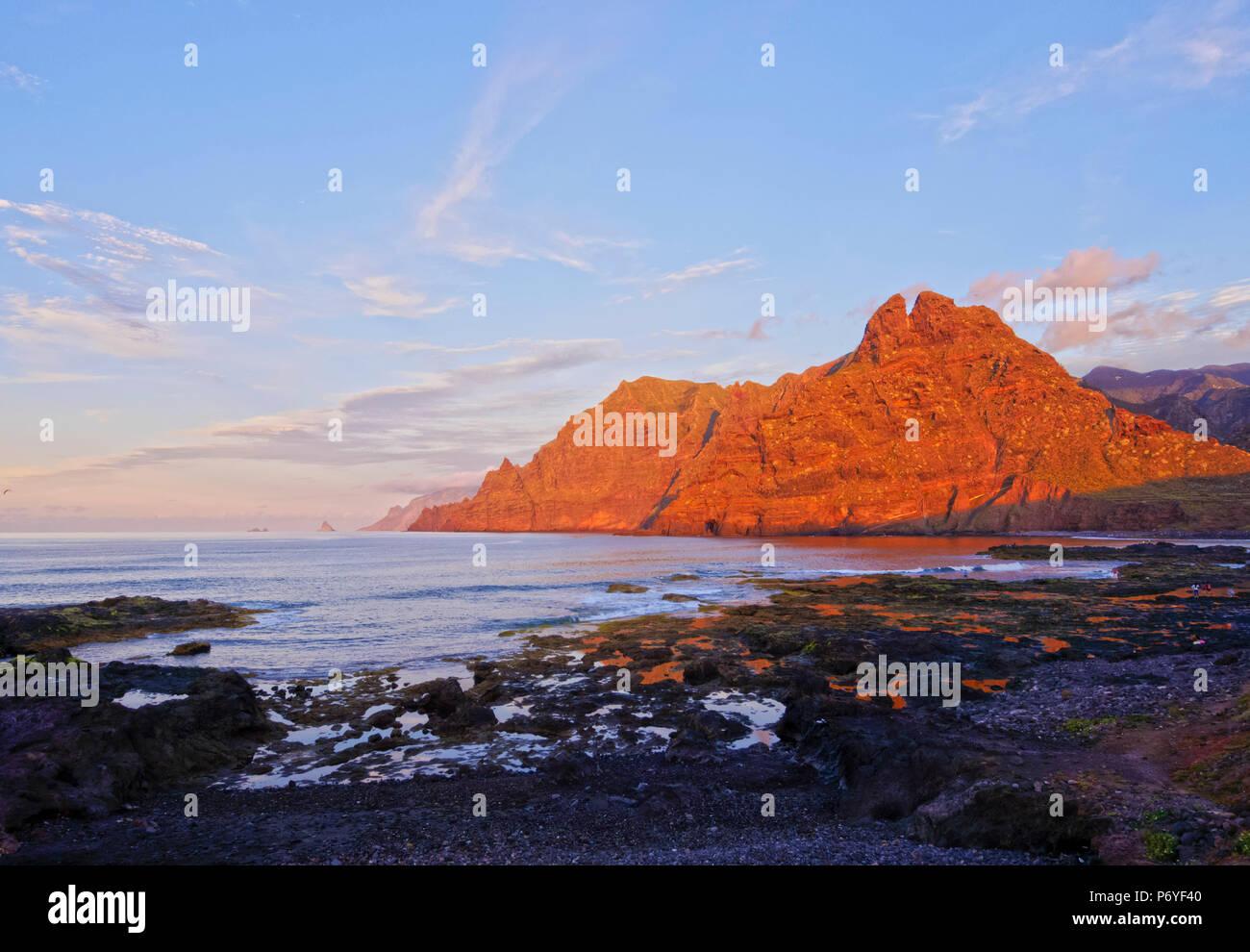 Spanien, Kanarische Inseln, Teneriffa, Punta del Hidalgo, Küste und Anagagebirge während des Sonnenuntergangs. Stockfoto