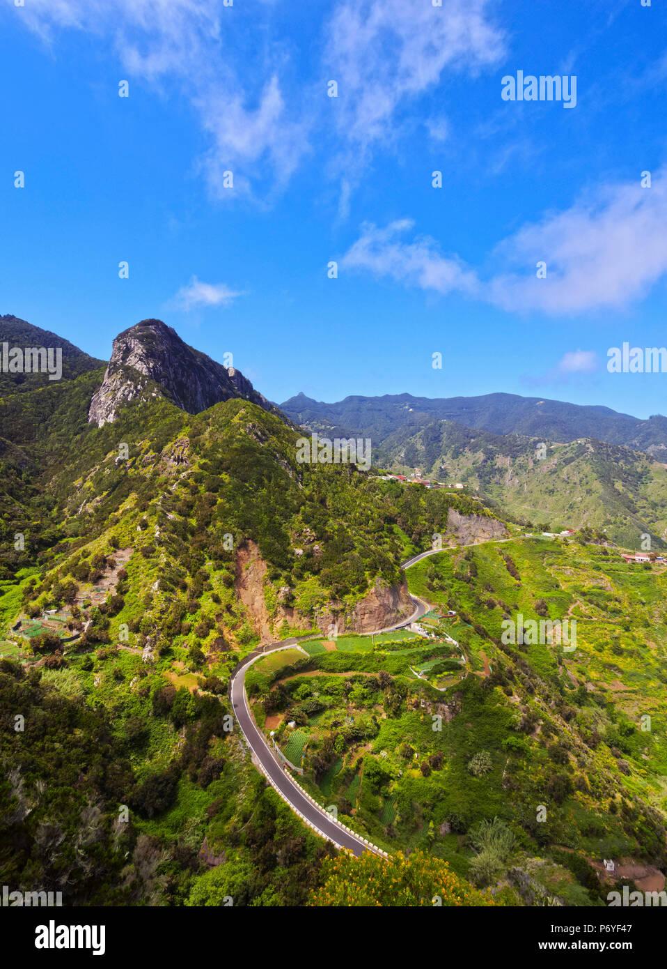 Spanien, Kanarische Inseln, Teneriffa, Afur, kurvige Straße in ländlichen Anaga Park. Stockfoto