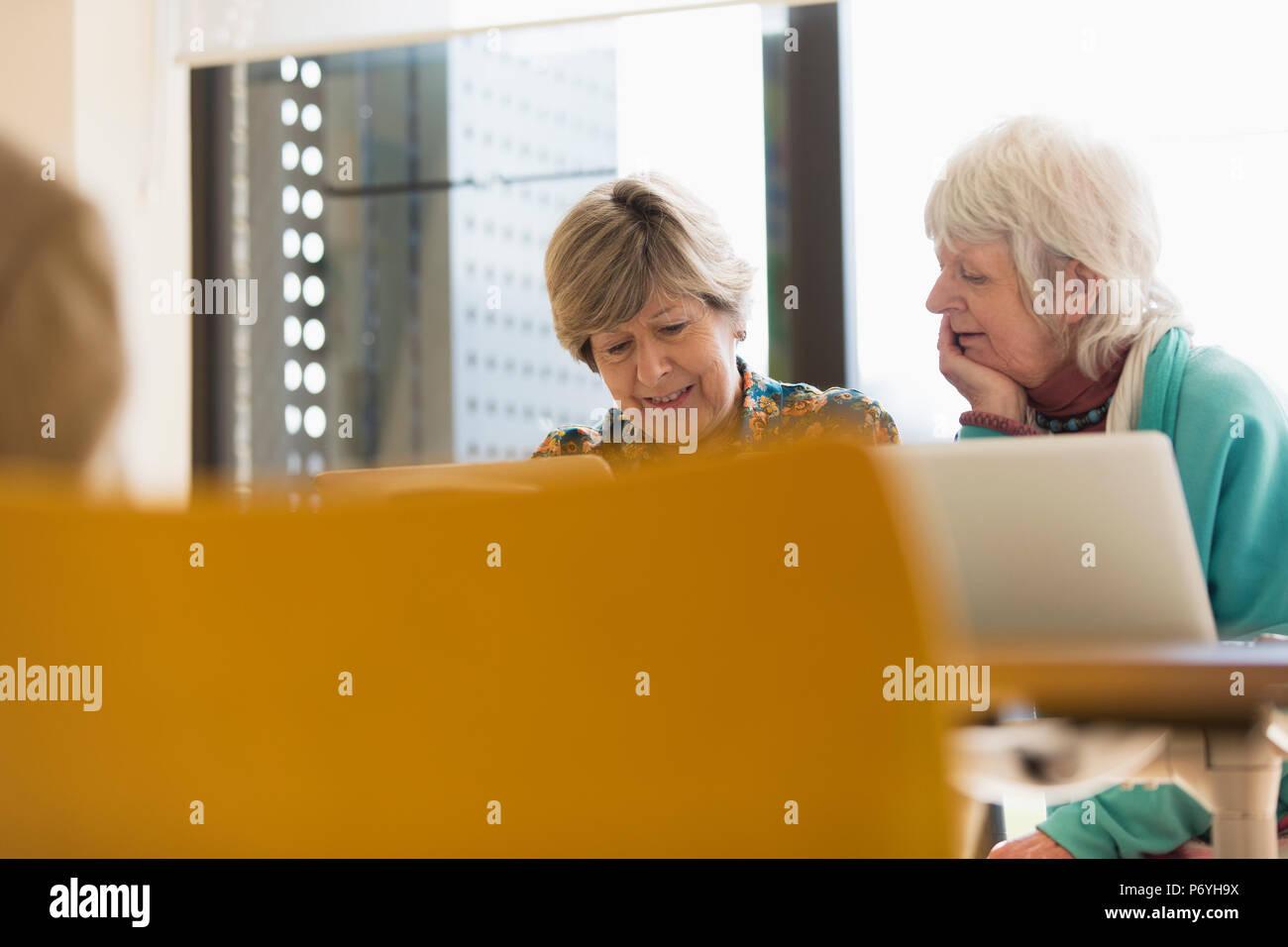 Senior Geschäftsfrauen am Laptop im Konferenzraum Sitzung arbeiten Stockbild