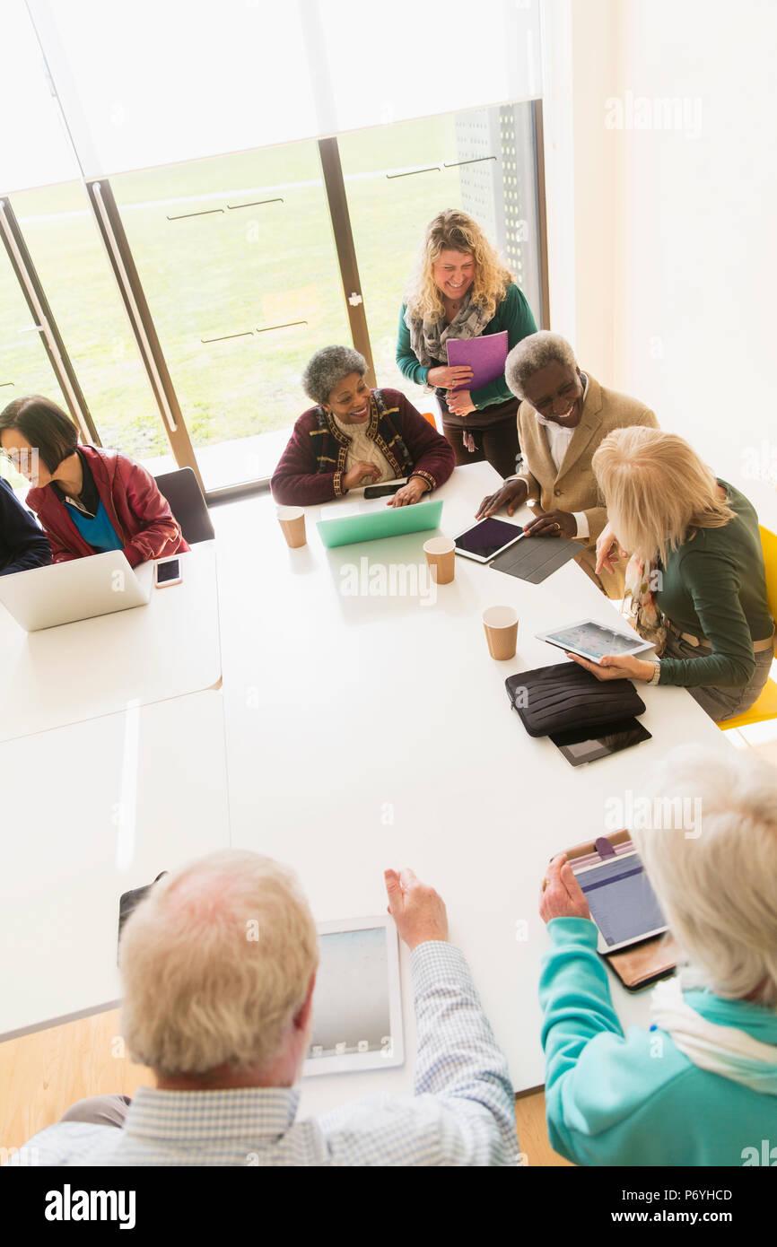 Senior Business Nutzer digitaler Tabletten und Laptops im Konferenzraum treffen Stockbild