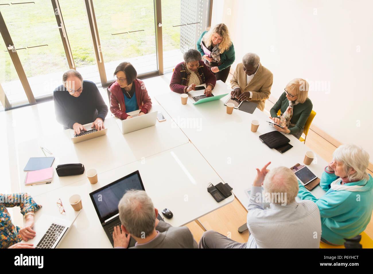 Senior Business Leute mit Laptops und digitale Tabletten im Konferenzraum treffen Stockbild