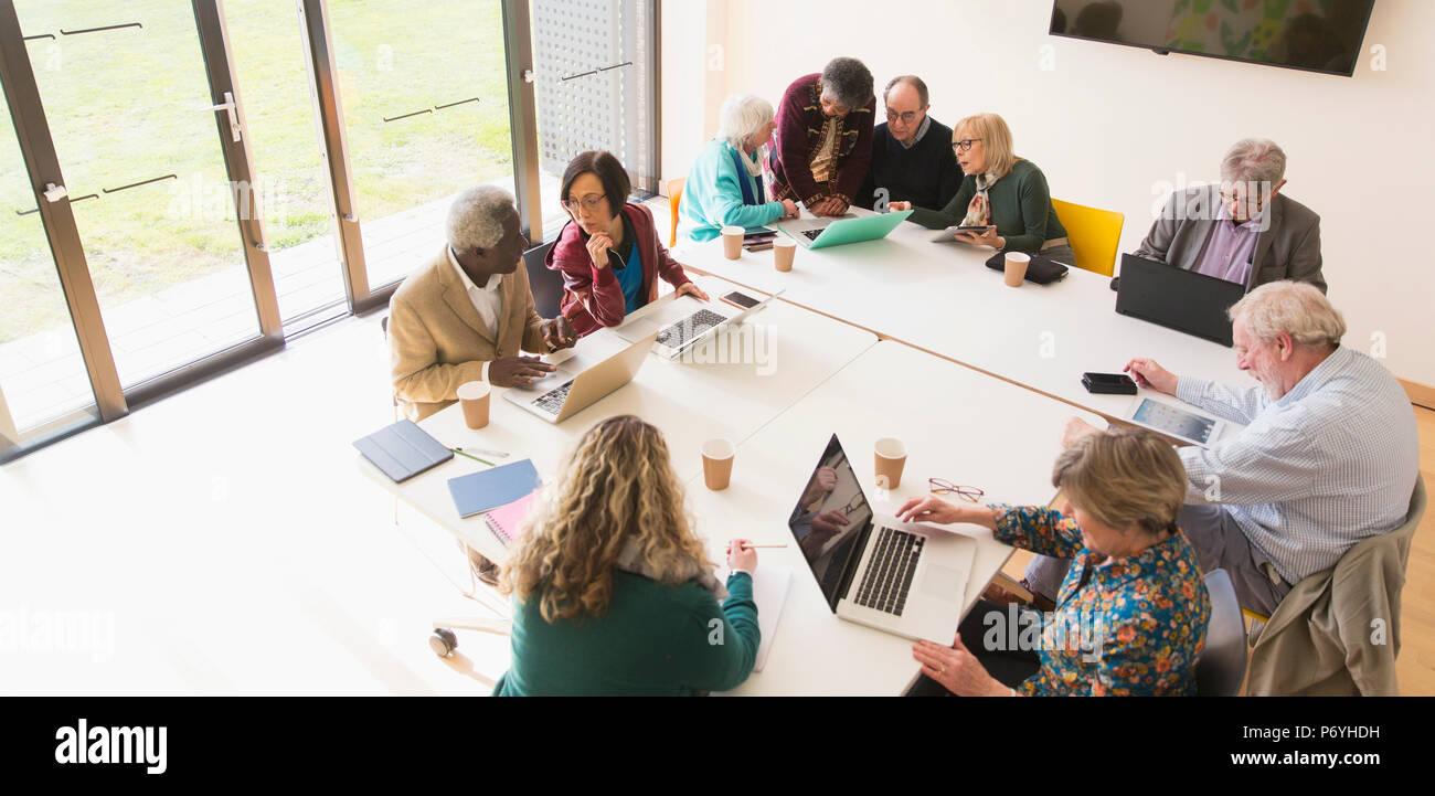 Senior Business Personen im Konferenzraum treffen Stockbild