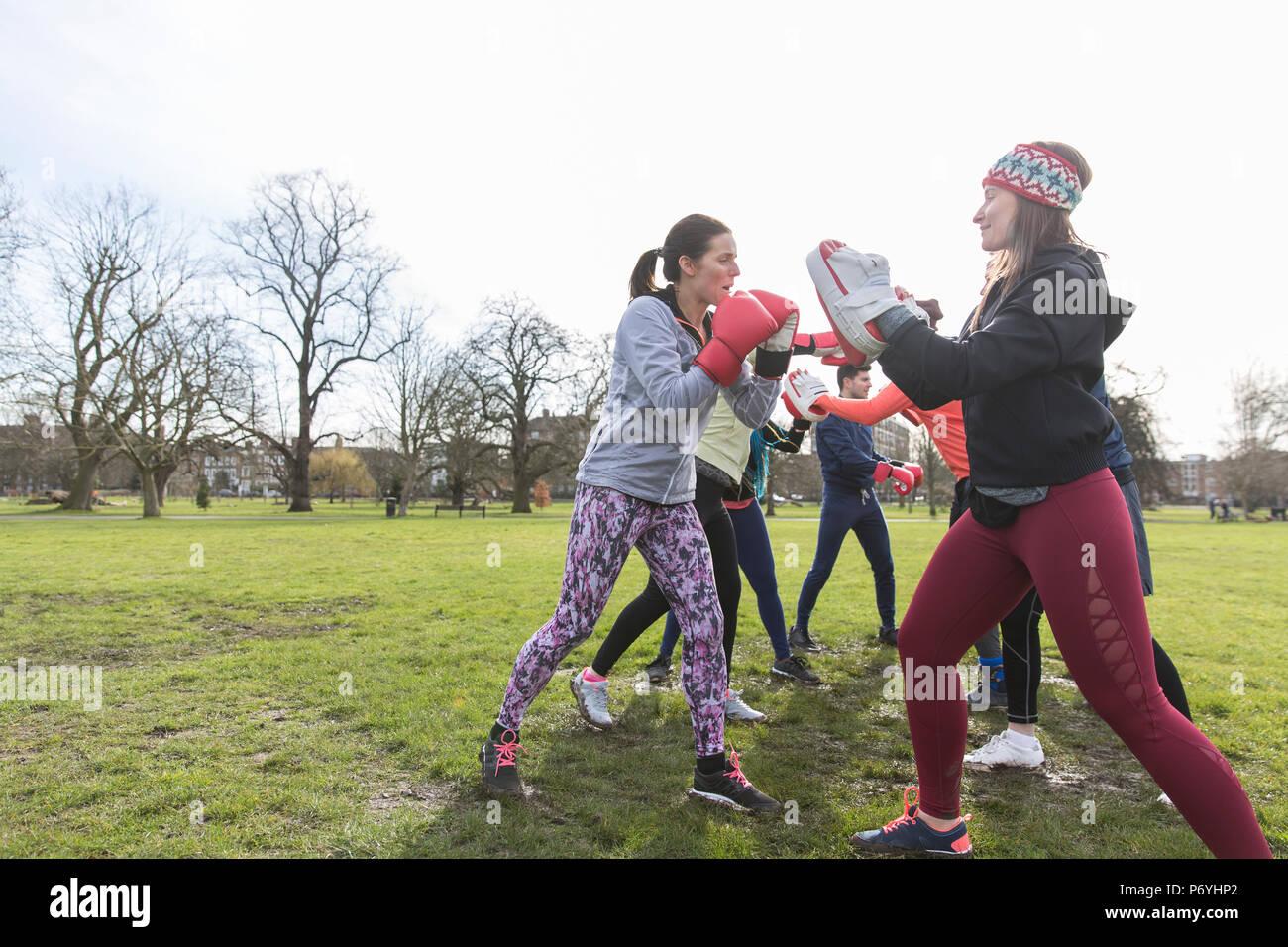 Frauen Boxen in Park Stockfoto
