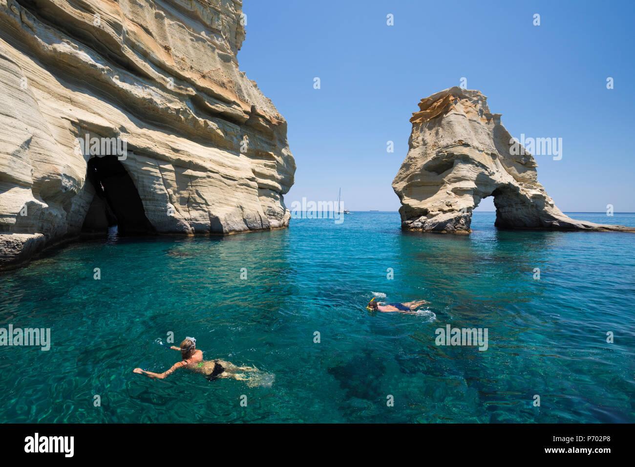 Schnorchler unter Felsformationen mit kristallklarem Wasser, Kleftiko, Milos, Kykladen, Ägäis, griechische Inseln, Griechenland, Europa Stockbild