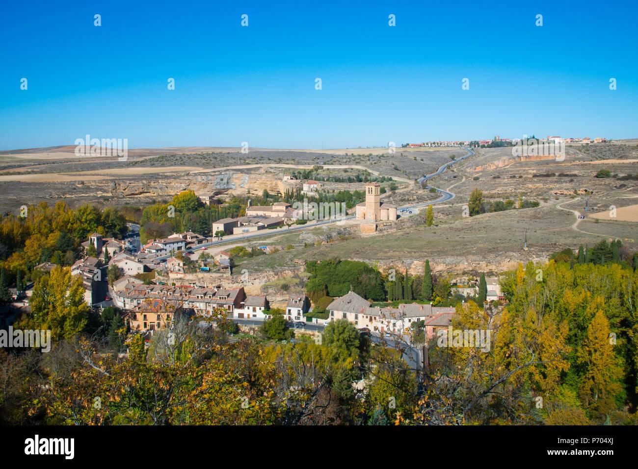 Eresma Tal, La Vera Cruz Kirche und Zamarramala gesehen aus dem Alcazar. Segovia, Spanien. Stockbild