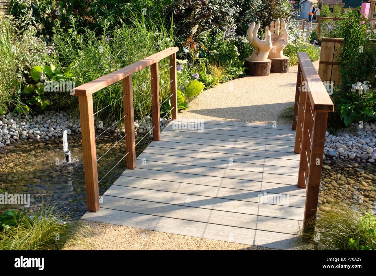 RHS Hampton Court Palace Flower Show, 2018. Die Limbcare Garten. Von Edward Mairis Landschaft Design entworfen. Stockbild