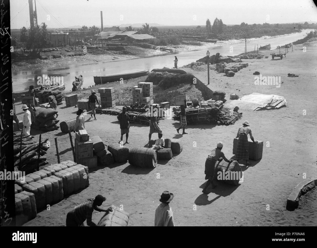16 Hamnen med varor och arbetare. Datum, den 14. Juni 1912. Ort, Marovoay, Madagaskar. - Marovoay SMVK - 021785 Stockfoto