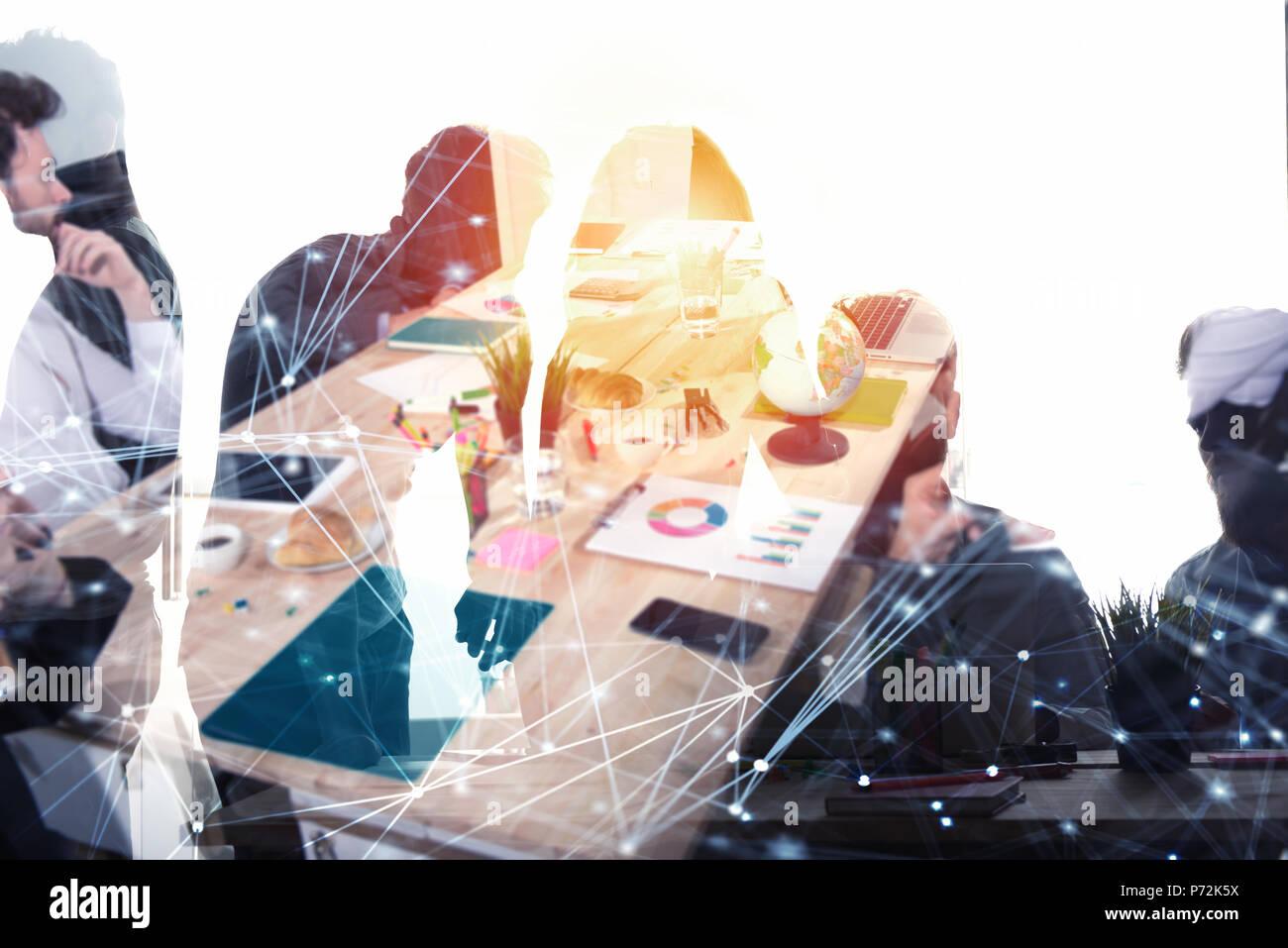 Geschäftsleute arbeiten zusammen im Büro mit Internet Netzwerk Effekte. Konzept der Teamarbeit und Partnerschaft. Double Exposure Stockbild