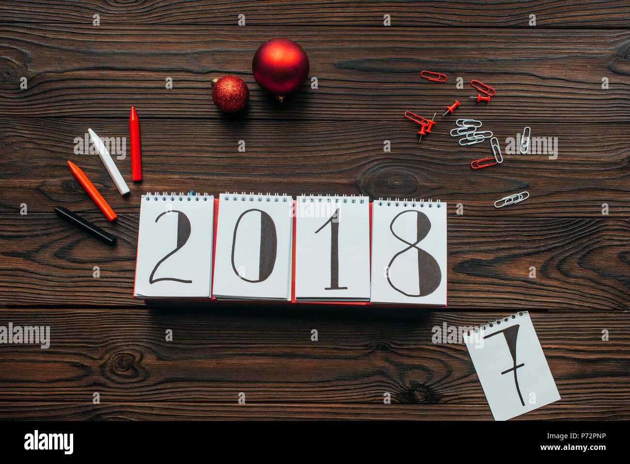 weihnachten 2018 kalender Flach mit 2018 Kalender, Stifte und Weihnachten Spielzeug auf Holz  weihnachten 2018 kalender