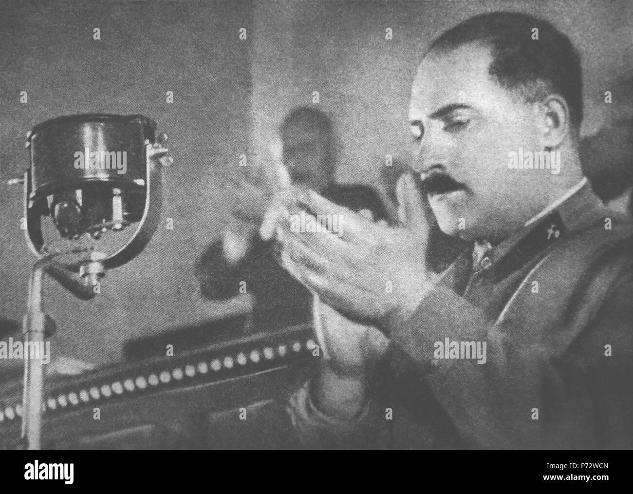 """Englisch: Lazar Kaganowitsch Spitznamen Bügeleisen Lazar für seine Rücksichtslosigkeit bei der Umsetzung Stalins bestellen. Als Politbüromitglied er persönlich 188 Stalins Ausführung Listen unterzeichnet, mit Namen von mehr als 19.000 Menschen. Er genehmigte """"Anführungszeichen"""" für Kategorien in den NKWD Um ?00447. Sein Bruder Michail Kaganowitsch Selbstmord erwartet, Verhaftung und Hinrichtung. ??????????: ????? ????????? ??????? ???????? ????? ??????????'' ?? ???? ?????????? ? ????????? ?????????? ???????. ?????? ?????? ?????????, ??? ???????? ???????? 188 ???????????? ??????? (????????), ?? ??????? ????? ????? ??? 19 000 Stockbild"""