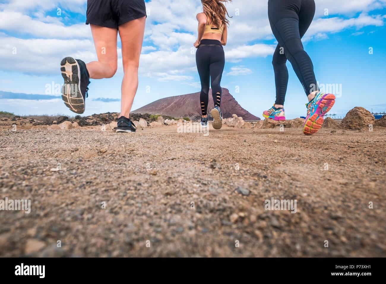 Am poiint Für drei schöne junge Mädchen, und sie gesund Übungen im Freien in der Nähe von einem Berg. scenic Outdoor Freizeitaktivitäten Aktivität in Fr Stockbild