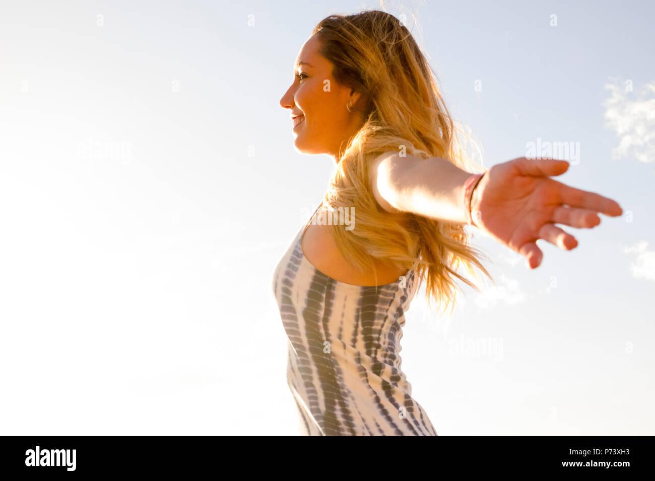 Junge schöne Frau genießen ihre Freiheit zu öffnen. Unabhängiges Leben und sich wohl fühlen mit der Welt. Alle mit Genugtuung umfassen. outdoor Glück mit Stockbild