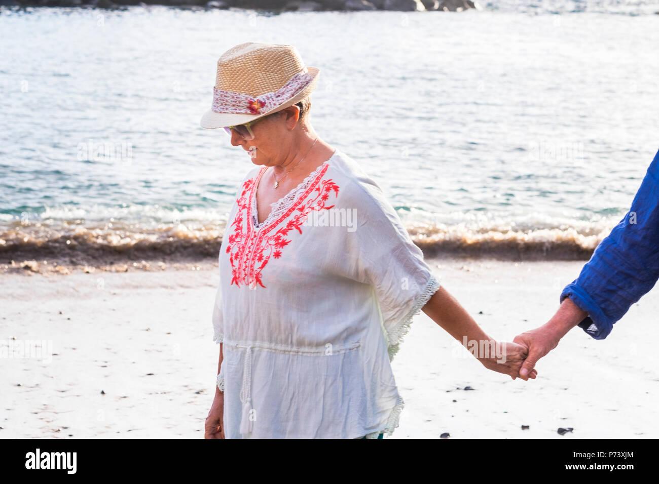 Folgen Sie und kommen Sie mit mir Frau Mann Hand zusammen am Ufer am Strand zu Laufen. Blick auf das Meer im Hintergrund für Liebe und Ferienhäuser Konzept Stockbild