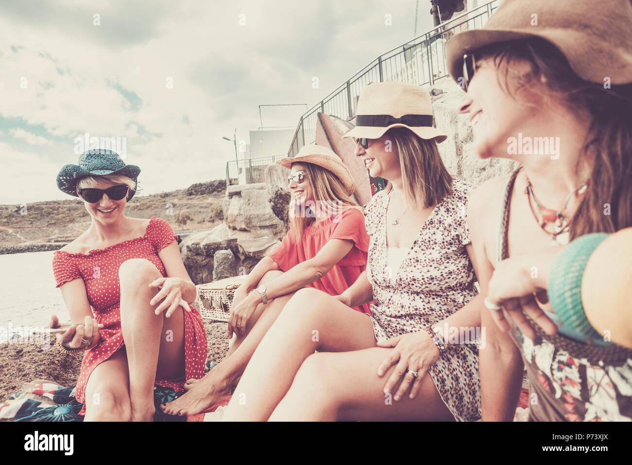 Vintage Style für die Gruppe der Frauen Menschen bleiben in Freundschaft auf Ferien in der Nähe der Strand im Sommer Freizeitaktivitäten activiy. lächelt und lacht für IMS Stockbild